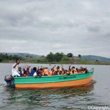 Blije leerlingen van Bwama Primary School tijdens hun eerste tochtje in de vanuit Nederland gearriveerde motorboot!