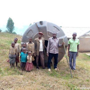 Eerste regenwateropvangsysteem aangelegd bij basisschool aan Lake Bunyonyi.