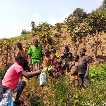 Hulp voor de Batwa bij Lake Bunyonyi: sommige van hun kinderen hebben de honger niet overleefd.