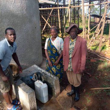 Regenwateropvangsysteem gebouwd in dorp op de omringende heuvels van Lake Bunyonyi.